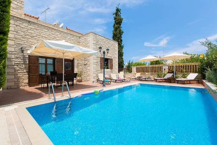 Villa Elia with private pool, Atsipopoulo center