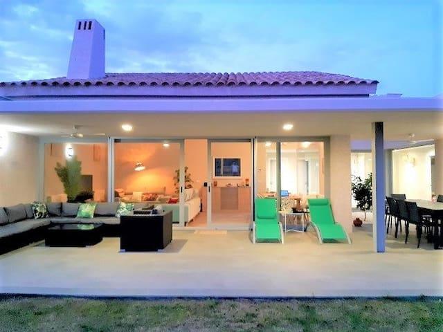 ERVR005  Lujosa Villa  4 dorm. playa y golf
