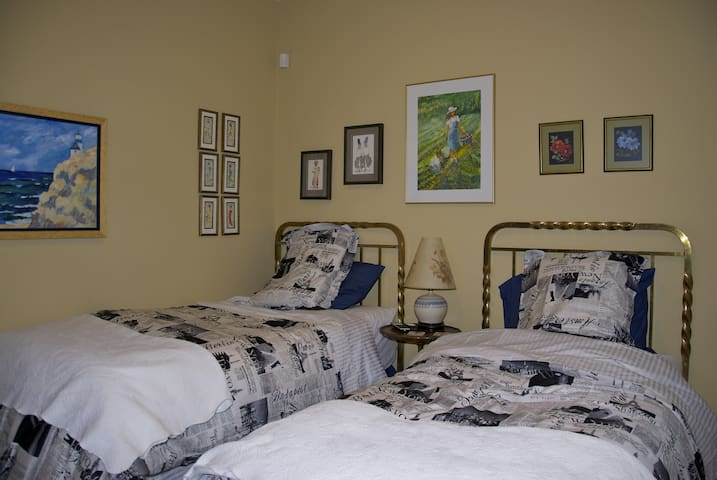 Great Location! Bedroom One - Kingston - Bed & Breakfast