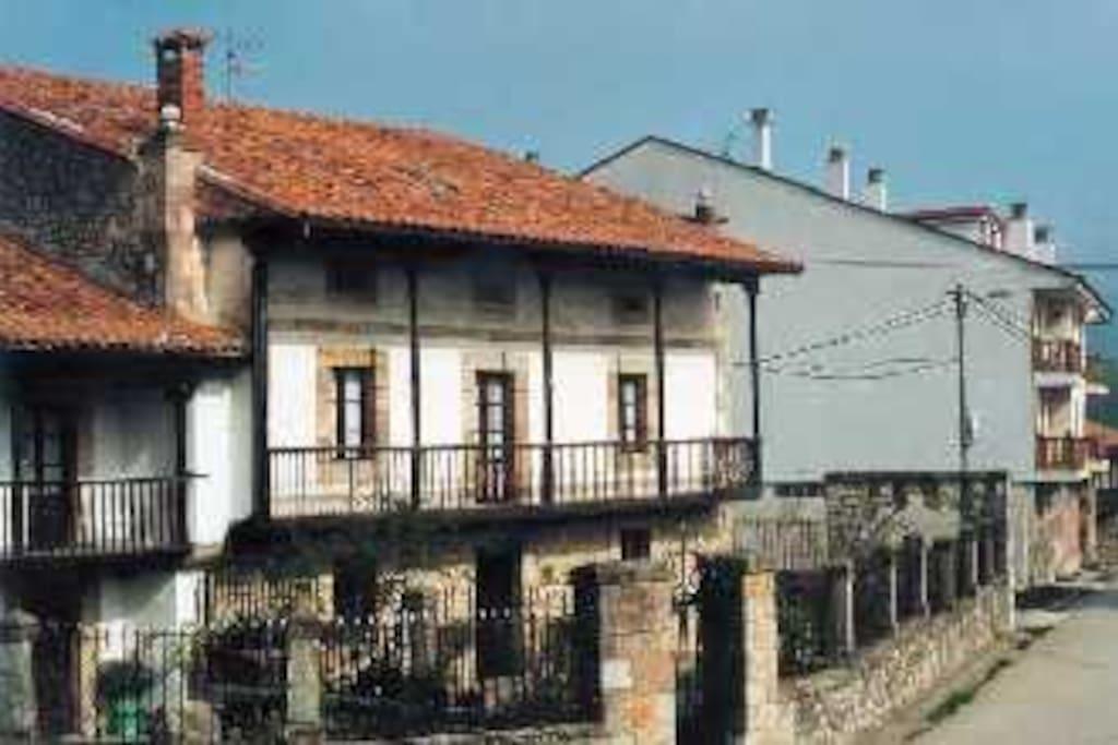 El pueblo de Bielva, conserva la arquitectura popular y sus tradiciones y costumbres.