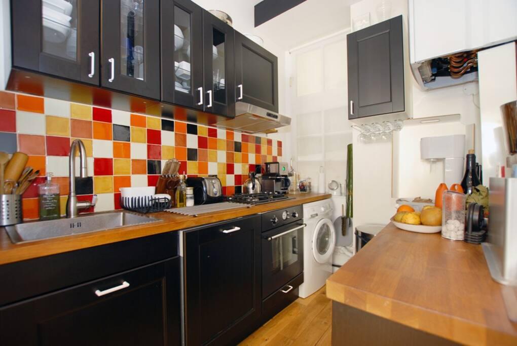 Cuisine très fonctionnelle, lave linge séchant et lave vaisselle. Gazinière 4 feux, cafetière Nespresso & cafetière filtre, bouilloire, grille pain, micro-ondes, four