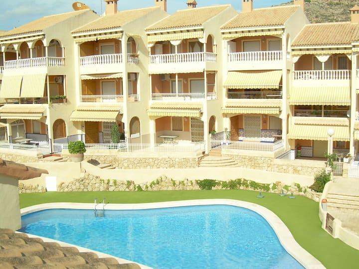 Bungalow de tres plantas y piscina