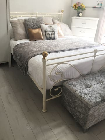 Modern, Bright, Room w/h King Bed -Clapham Common