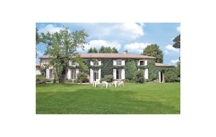 Holiday cottage with 6 bedrooms on 350 m² in Aillas Le Grand