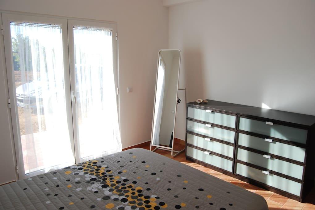 Quarto com cama de casal // Bedroom with double bed