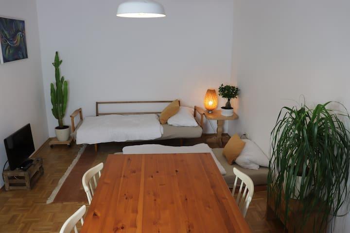 Zentrales Wohlfühl-Zimmer mit Balkon und Fahrrad