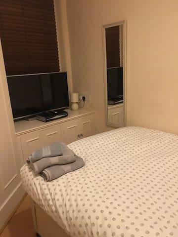Room in apartment in trendy Balham