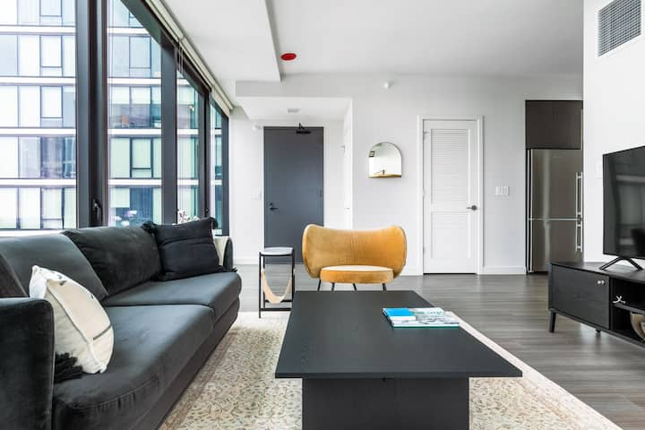 Chic South Loop 2BR w/ Pool, Workspace, near Grant Park, by Blueground