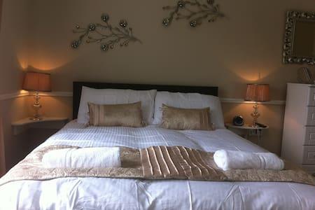 Superior Triple Sea View Room - Cobh - Bed & Breakfast