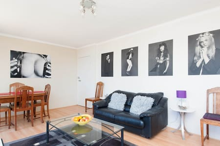 My comfortable 2 bedroom apartment with ocean glimpses  from the balcony is available for short or long term rent in the beautiful suburb of Vaucluse, Sydney. Awesome cliff walks and a quiet neighbourhood. Accessible by bus. Close to Bondi beach.