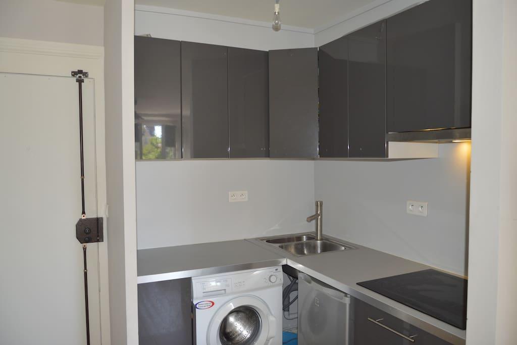 Kitchen area with washing-machine