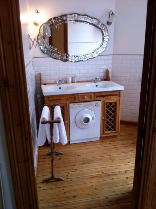 la salle de bain est tout à fait équipée: Séchoir et sèche linge à disposition