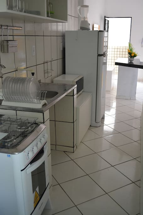 Cozinha completa com eletroeletrônicos e utensílios.
