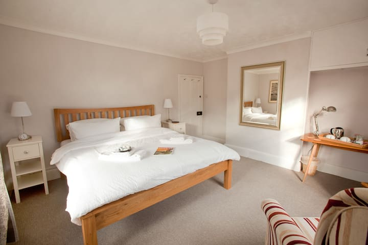 Bright, sunny room, INCLUDES COOKED BREAKFAST - Yaxham