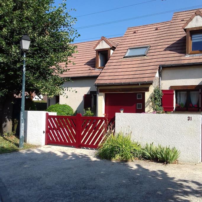 Le logement indépendant est situé à gauche du garage