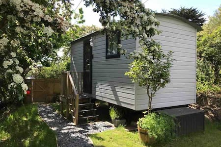 Deluxe Shepherds Hut, Porthcothan Bay, near beach!