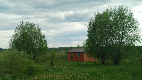 Дом с верандой с видом на долину рядом с лесом