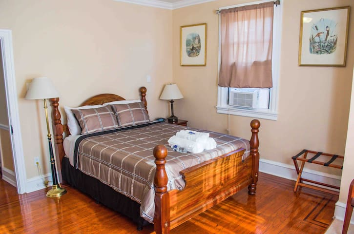 Cozy Master Bedroom (La Salle University)