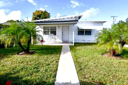 Clean 2 Bedroom Home 5 Minutes From Beaches!
