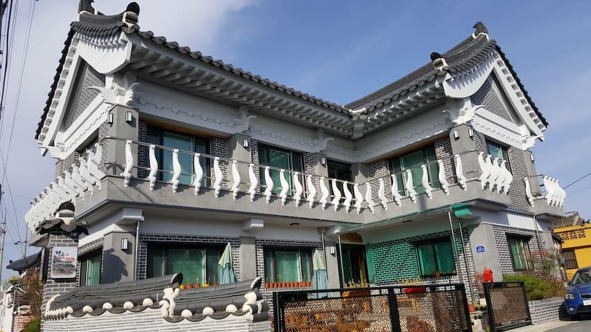 새로 신축된 쾌적하고 가족 친화적인 2층한옥의 경주로 호스텔 - Gyeongju-si - House