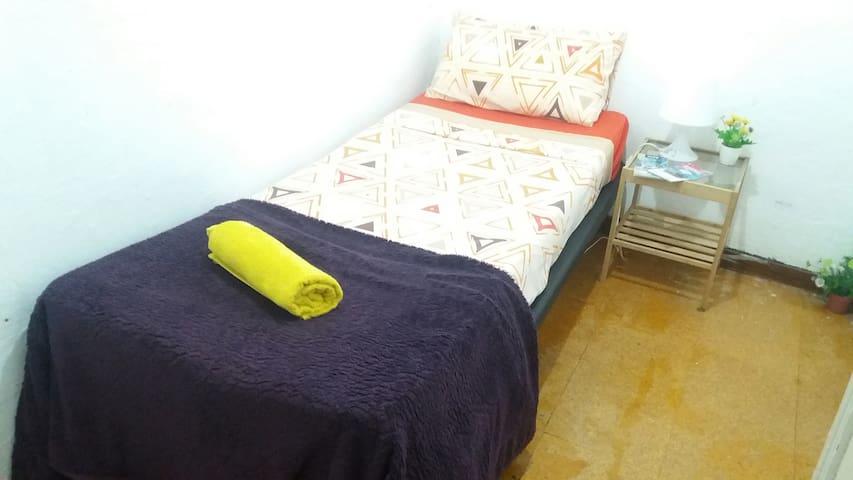 Quiet room for solo traveler in <3 bcn + breakfast