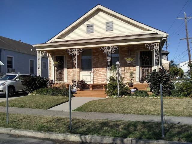 Cozy House Uptown- Half block to Freret Street!
