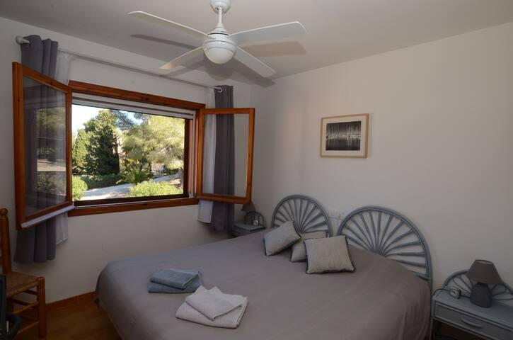 Chambre 1 : Lit 180 x 200  Air conditionné Ventilateur  Moustiquaire Volets persiennes orientables   Armoire avec étagères et penderie
