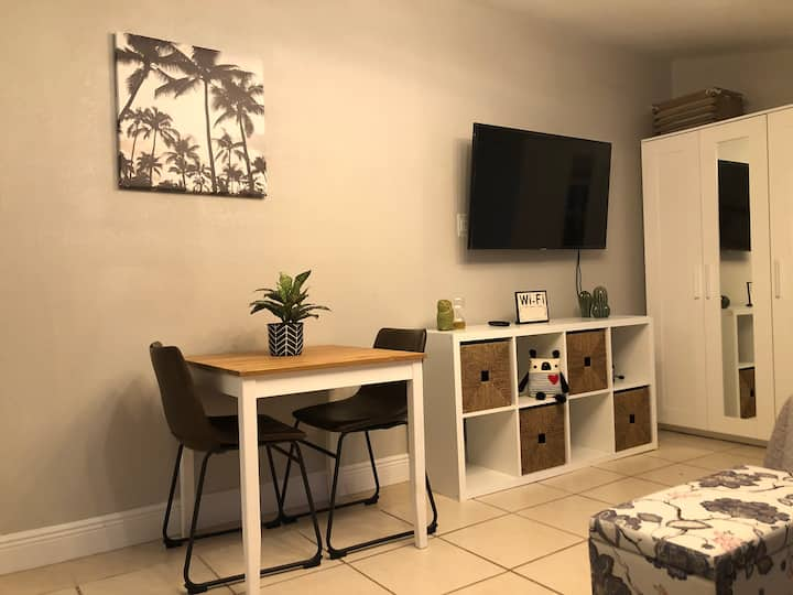 Modern Cozy STUDIO with Private Entrance, Patio.