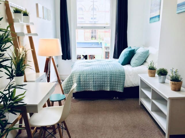 Chic Bedroom in Central London - Next to Subway