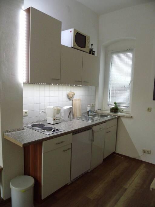 Eine komplett eingerichtete Küche mit Spülmaschine