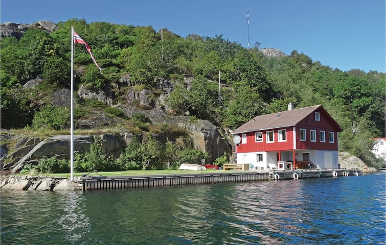 Holiday cottage with 5 bedrooms on 130 m² in Hidrasund