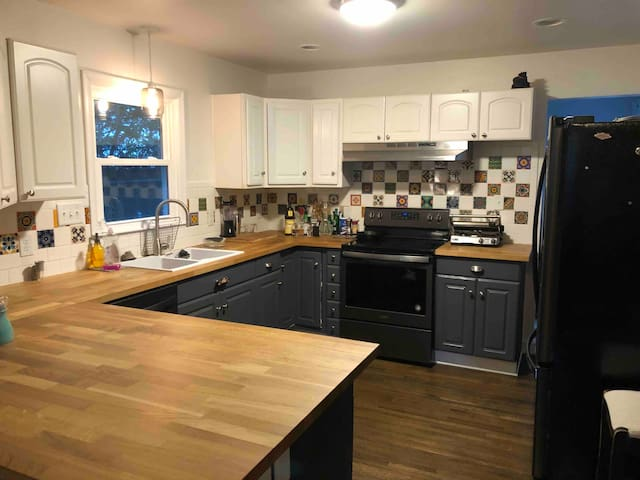 Beautiful remodeled OAKHURST home close to UPTOWN!