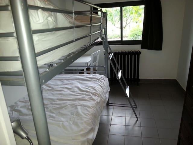 Il y a deux lits superposés, un lit pliant et un lit parapluie.