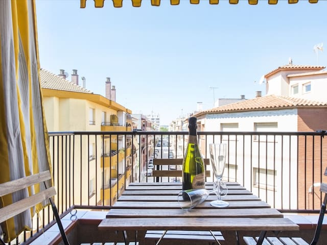 Cozy apartment for families in the center of Pineda de Mar. Free WiFi