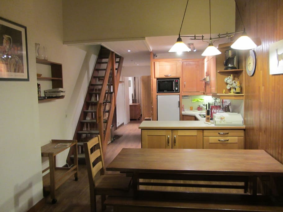General view of the apartment, with the kitchen, the entrance hall and the solid oak dining table