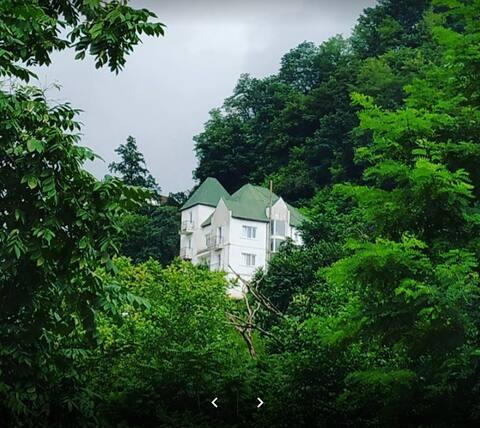 Witte huis in de bergen. Aparte kamer, balkon, keuken