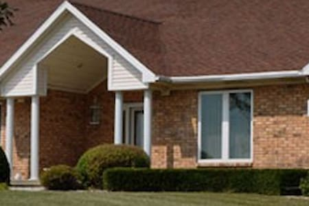 Classen HomeStay Bed & Breakfast - Danforth - Bed & Breakfast