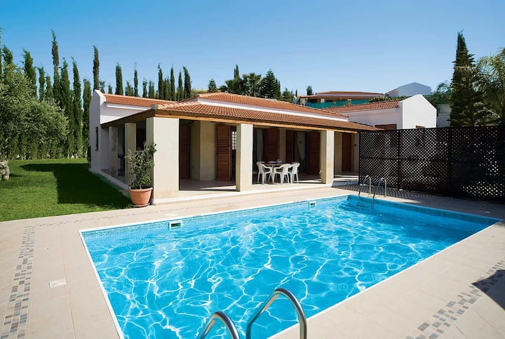 Airy villa with private pool, close to the shops