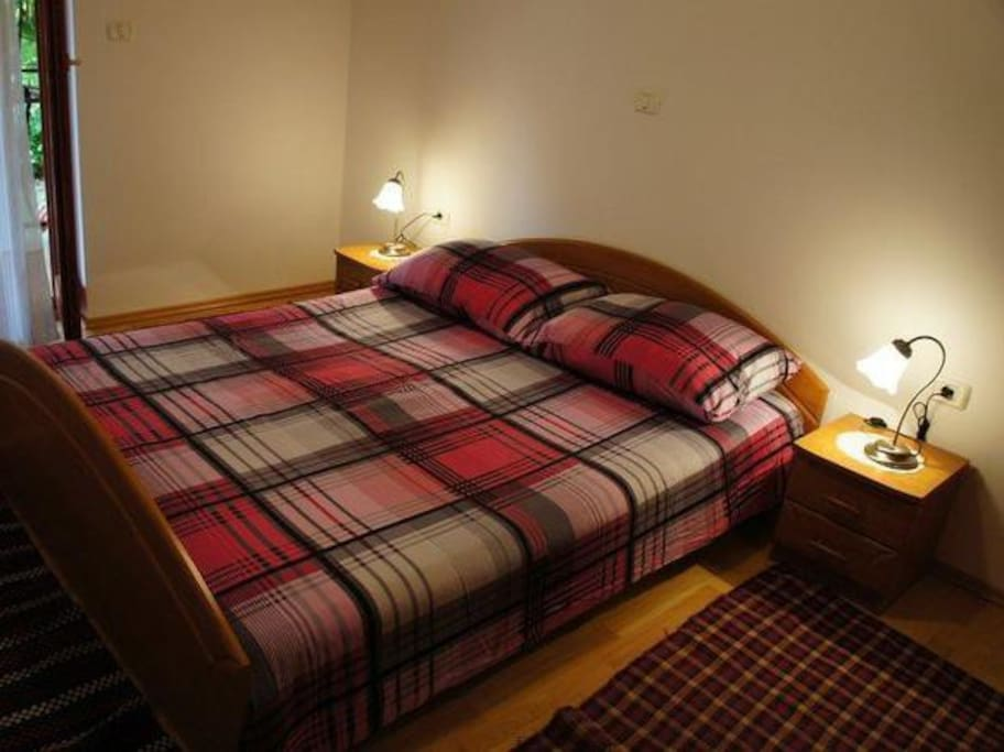 a bedroom (a doble bed)