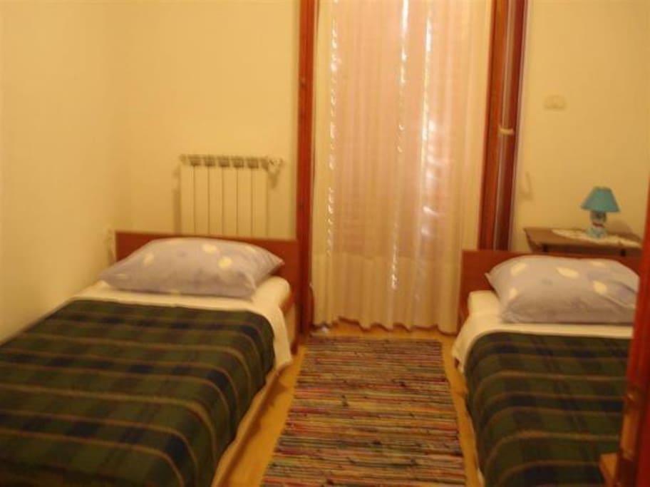 a bedroom (2 singles beds)