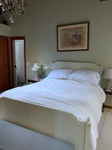 Queen bed, new mattress and pillows 2021.