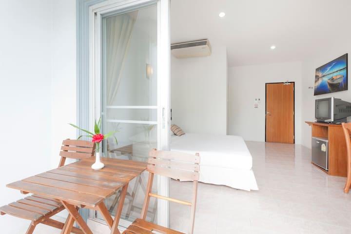 Double Bed & Balcony.HKT, Naiyang B - Sa Khu - Daire