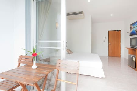 Double Bed & Balcony.HKT, Naiyang B - Apartmen