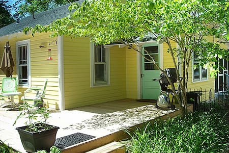 Cute cottage, convenient location! - Hendersonville
