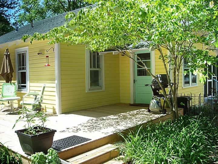 Cute cottage, convenient Hendersonville location!