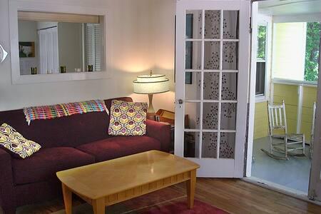Cute cottage, convenient location! - Hendersonville - House