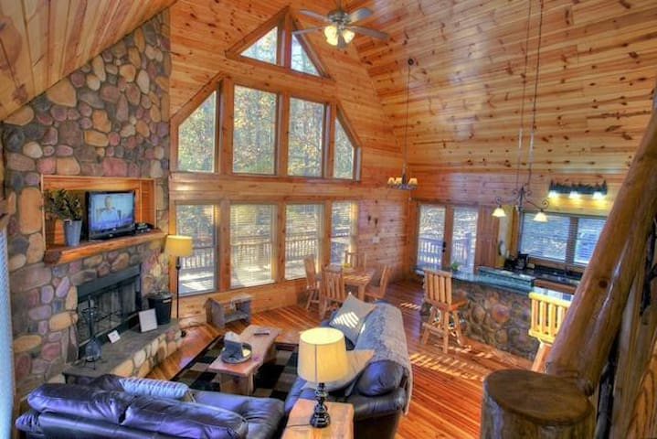 Inviting Cabin with a Hot Tub and Firepit - Cleveland - Annat