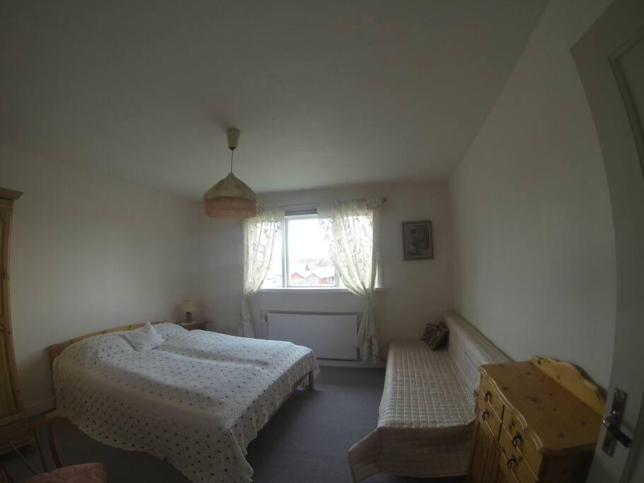 Schlafzimmer 1 mit zusätzlichem Bett und Kommode