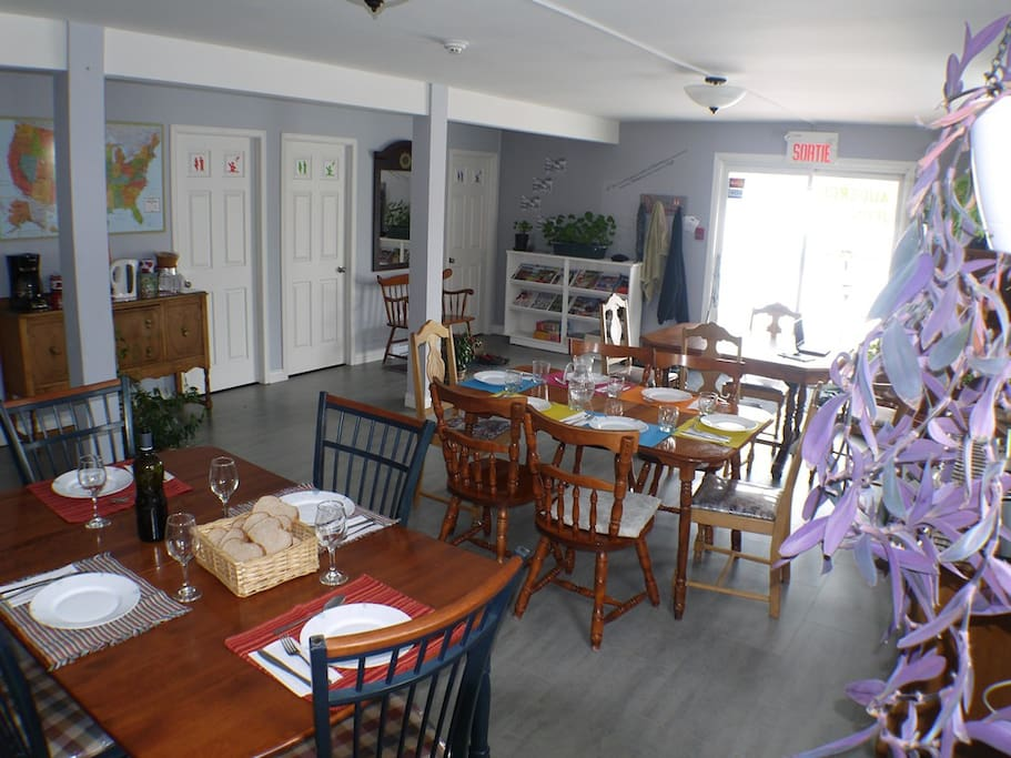 La salle à manger est vaste et peut accueillir tout les membres de votre groupe