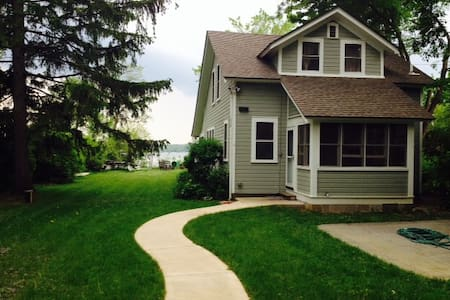 Charming cottage on Lake Beulah - East Troy - House